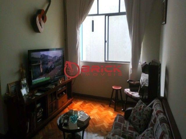 Apartamento de 1 quarto com dependência, elevador e garagem no Alto, Teresópolis/RJ.