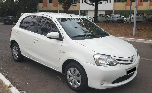 Toyota Etios 1.5 XS Hatch 2013/2014 Branco