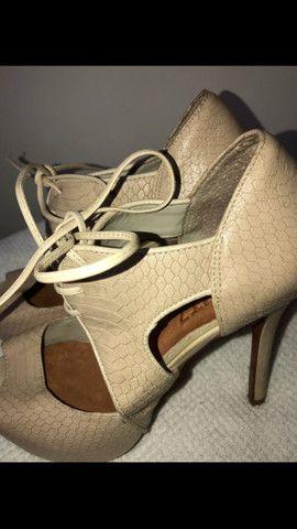 Sandal boot couro salto fino amarração Schutz tamanho 34 - Foto 3