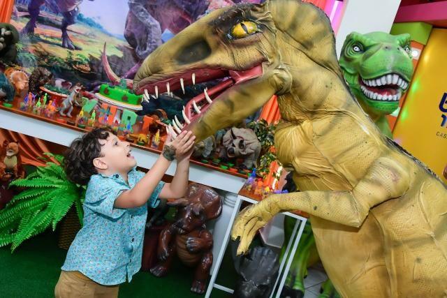 Dinossauro em sua festa .realisno e pontualidade!!