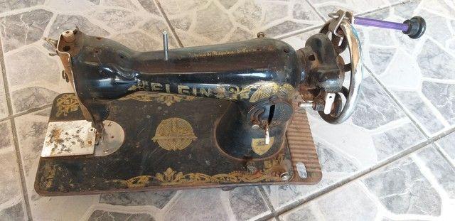 Antiga máquina de costura elgin funcionando