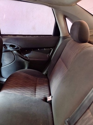 Focus sedan 2005 valor 11.000 aceita carro menor vor - Foto 2