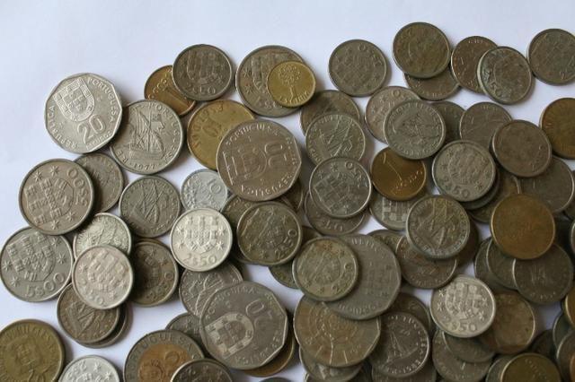 Lote com 100 moedas de Portugal de anos variados - Foto 2