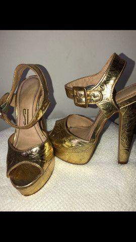 Sandália dourada Santa Lolla tamanho 34 - Foto 3