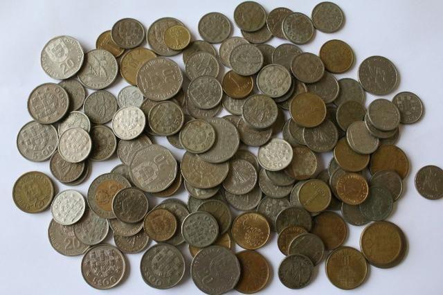 Lote com 100 moedas de Portugal de anos variados