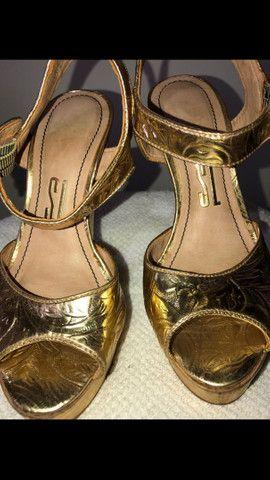 Sandália dourada Santa Lolla tamanho 34 - Foto 4