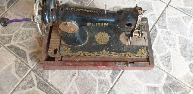 Antiga máquina de costura elgin funcionando  - Foto 5