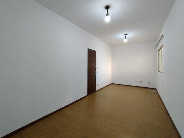 RM Imóveis vende apartamento 3 quartos com dois banhos no coração do Caiçara!