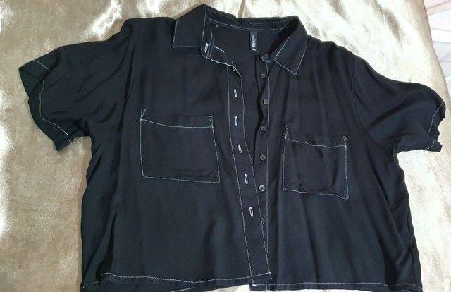 Blusa estilo camisa curta