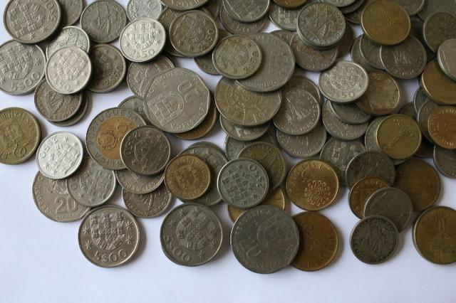 Lote com 100 moedas de Portugal de anos variados - Foto 3