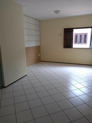Casa alugar no Calhau com 4 suítes - Foto 6