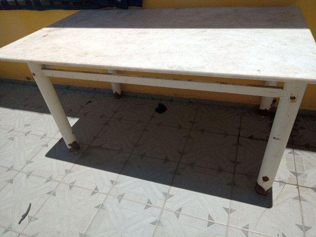 Armário pequeno e mesa de mármore