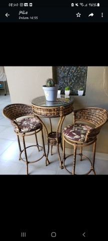 Mesa com duas cadeiras giratórias