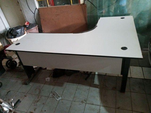 Mesa escrivaninha em L com duas gavetas - Foto 2