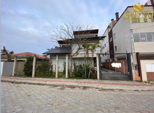 Casa com excelente localização em Bombas