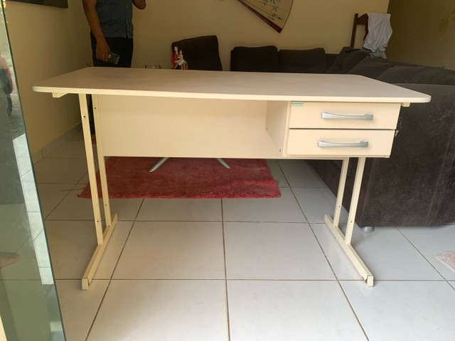 Mesa de escritório com duas gavetas - Foto 2