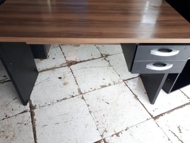 Mesa de escritório com gavetas