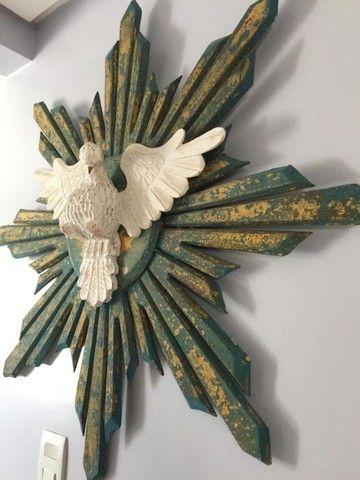 Espírito Santo confeccionado em madeira rústica, 1,00x1,00m.
