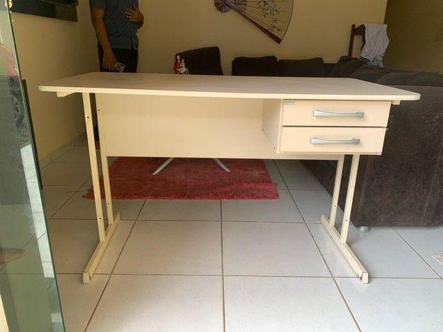 Mesa de escritório com duas gavetas - Foto 3