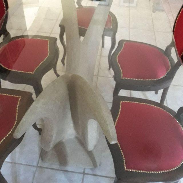 Mesa de vidro . Base escultura de pedra. 6 cadeiras de jacaranda - Foto 5