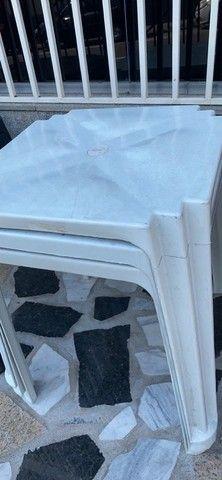 Temos mesa plástica cor branca no atacado nova