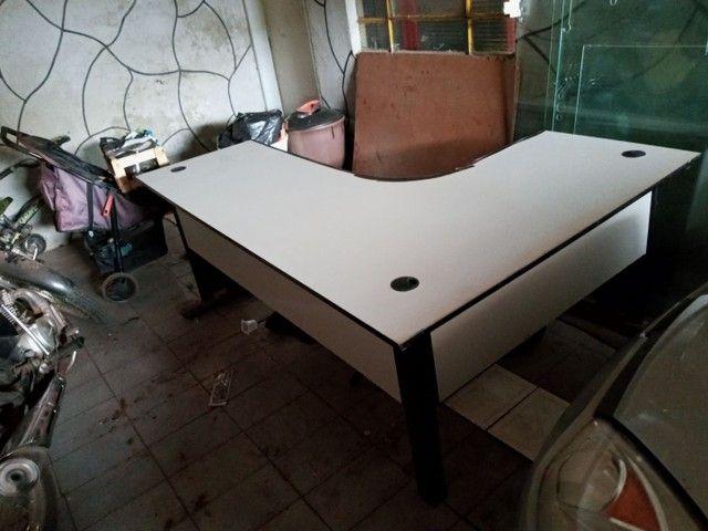 Mesa escrivaninha em L com duas gavetas
