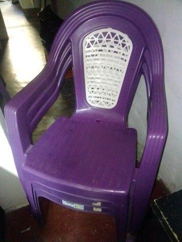 3 cadeiras de plástico Roxa - Foto 2