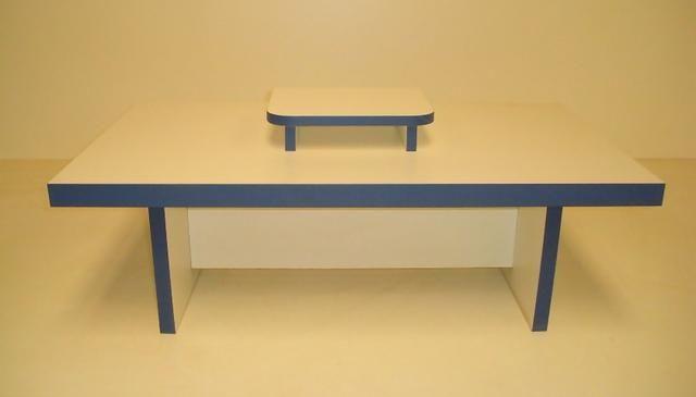 Mesa de Centro em Madeira com suporte branco e detalhes na cor azul