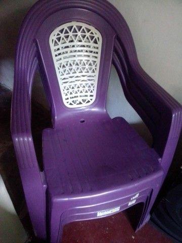 3 cadeiras de plástico Roxa - Foto 3