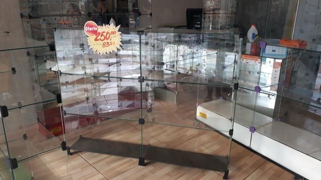 Bancada, expositor, prateleira, vitrine ou balcão de vidro com pezinho