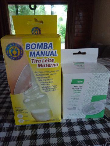 Bomba manual e conchas de seios