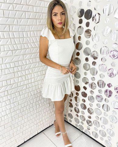 Vestido branco com fita dourada - Foto 3