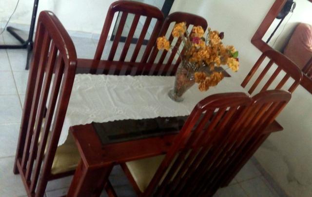 Mesa e cadeiras de madeira (pinho)