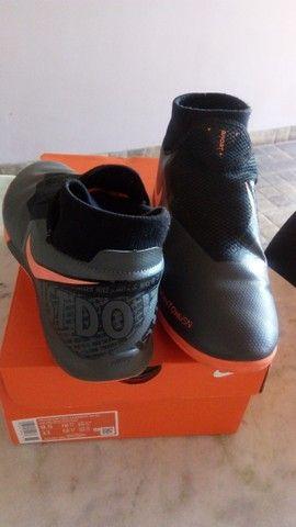 Chuteira Futsal - 41 -  Nike Phantom Vision Academy  - Cinza+Preto+Laranja - Foto 4
