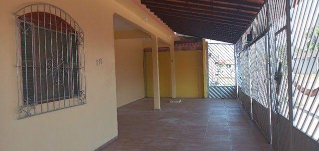 Aluga-se casa no universidade com 03(três) quartos, sendo um suíte - Foto 3