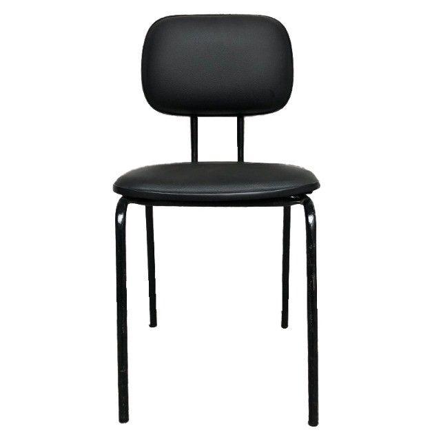 Cadeira fixa com assento e encosto em courino preto