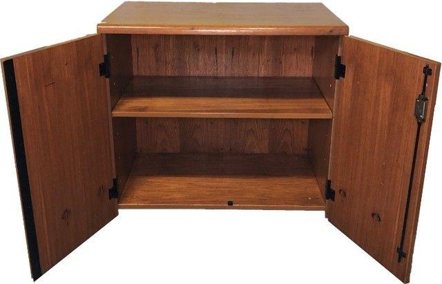 Armário em madeira com duas portas e prateleira interna  - Foto 2