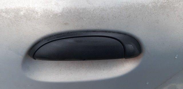 Maçaneta externa traseira esquerda Clio hatch 2001