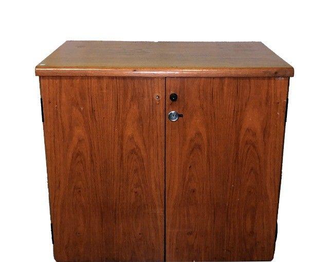Armário em madeira com duas portas e prateleira interna