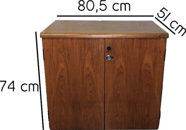 Armário em madeira com duas portas e prateleira interna  - Foto 5