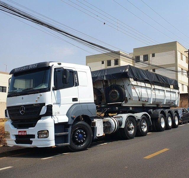 Caminhão trucado Mercedes Benz Axor 2540 S com carreta LS