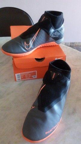 Chuteira Futsal - 41 -  Nike Phantom Vision Academy  - Cinza+Preto+Laranja - Foto 3