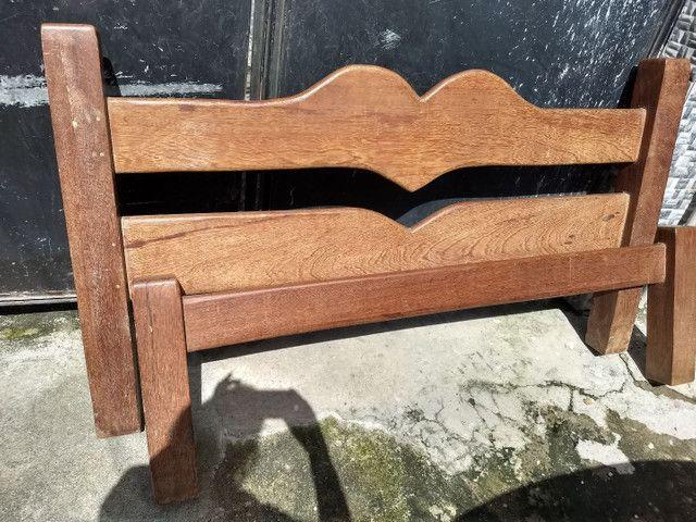 Cama de madeira rústica