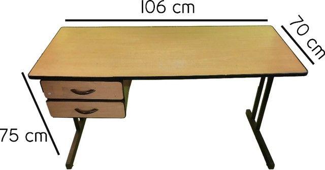 Mesa para escritório com duas gavetas em madeira marfim usada - Foto 4