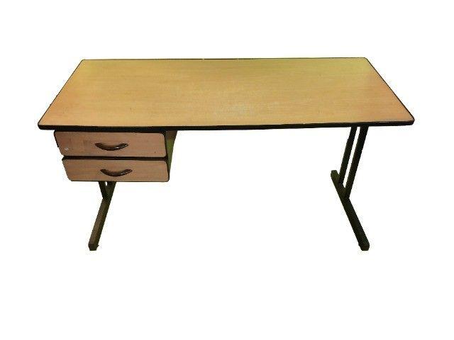 Mesa para escritório com duas gavetas em madeira marfim usada - Foto 2