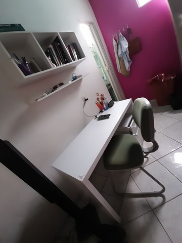 Mesa para estudo e multiusos.