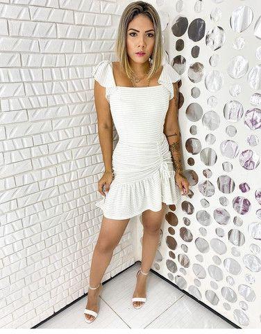 Vestido branco com fita dourada