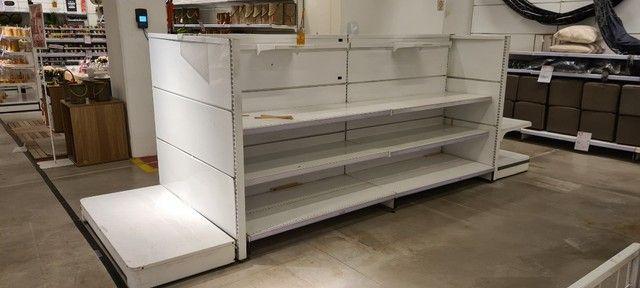 Gôndolas de centro e parede, checkout, cestos aramados usados