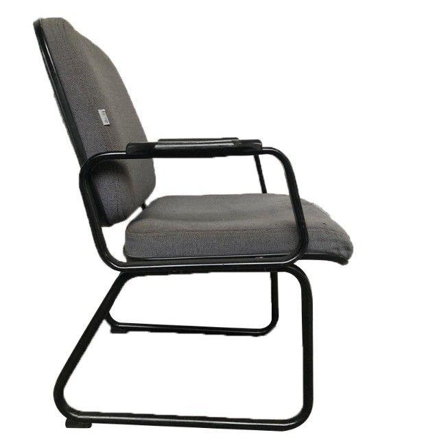 Cadeira para escritório sala de espera com apoio de braços e cor cinza