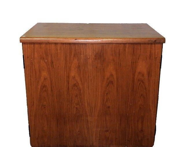 Armário em madeira com duas portas e prateleira interna  - Foto 3
